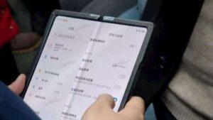 El primer teléfono inteligente plegable de Xiaomi con una enorme pantalla flexible atrapada en la vida real